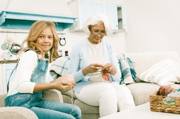 Oma breit terwijl haar kleindochter op bezoek komt