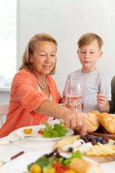 Oma brengt tijd door met haar kleinzoon