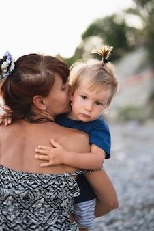 Oma die en kleinzoon houdt kust