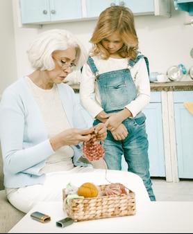 Oma en haar kleinkind breiplezier samen