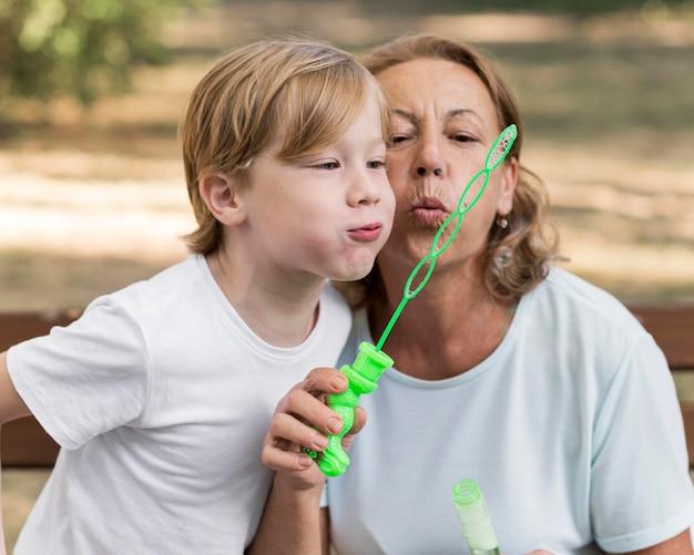 Oma en jongen die ballonnen maken