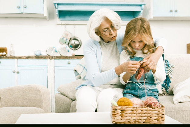 Oma en kleindochter breien speciaal seizoensgeschenk voor haar moeder