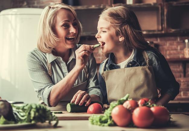 Oma en kleindochter in de keuken