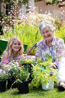 Oma en kleindochter samen tuinieren