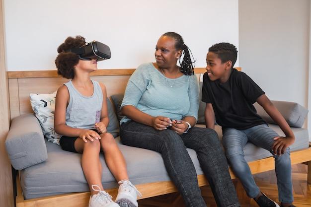 Oma en kleinkinderen spelen samen met een vr-bril.