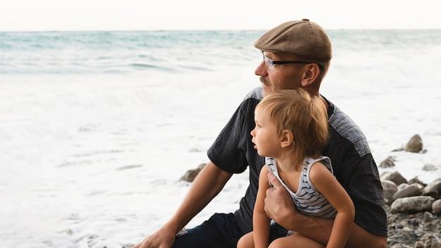Oma en kleinzoon kijken naar zee