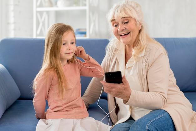 Oma en meisje muziek luisteren
