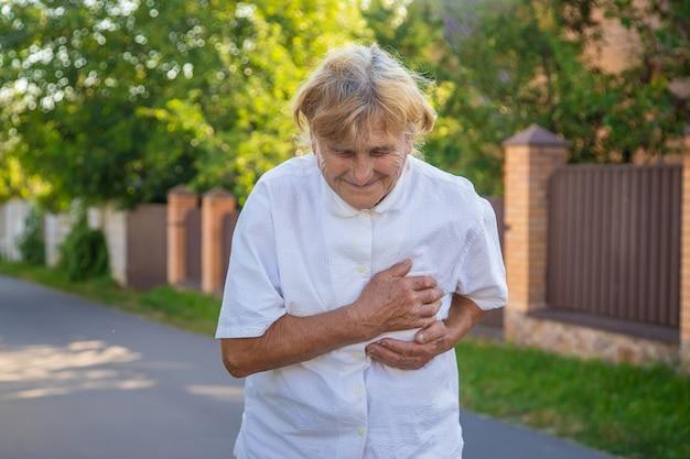 Oma heeft een oude vrouw met hartzeer. selectieve aandacht.