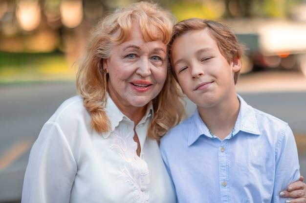 Oma is blij om bij kleinzoon te zijn