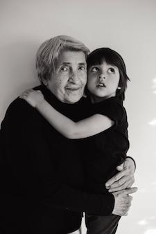 Oma knuffelen kleine jongen