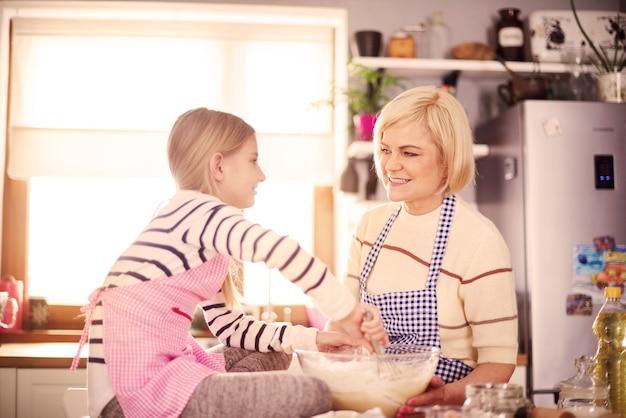 Oma leert bakken