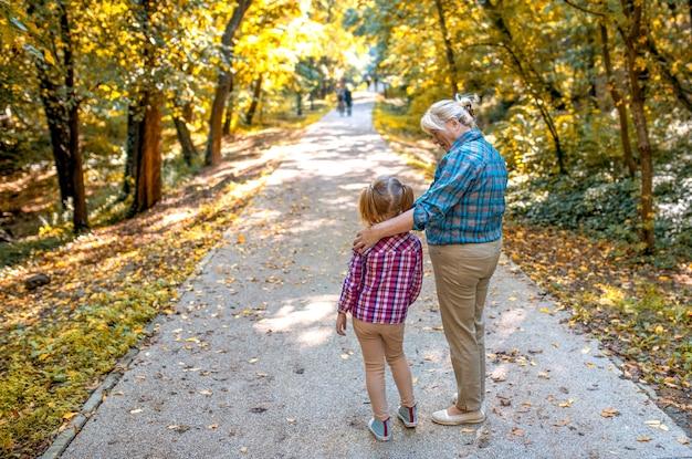 Oma met haar kleinkind in het park