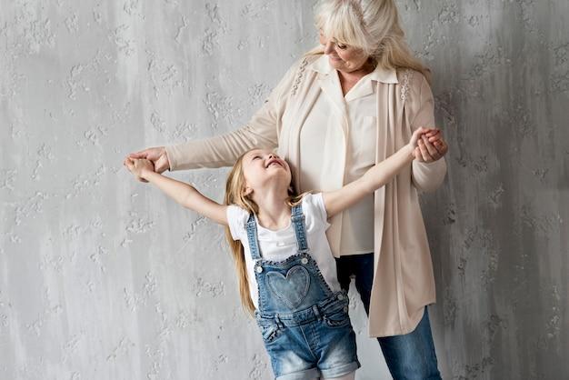Oma met meisje met plezier