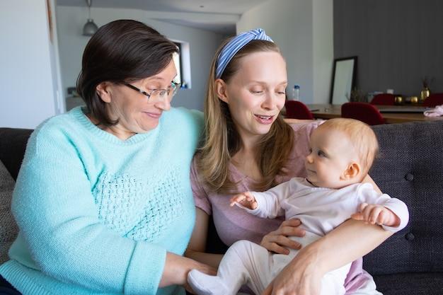 Oma, nieuwe moeder en baby dochter genieten van vrije tijd