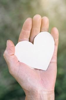 Oma's hand houdt een hart vast