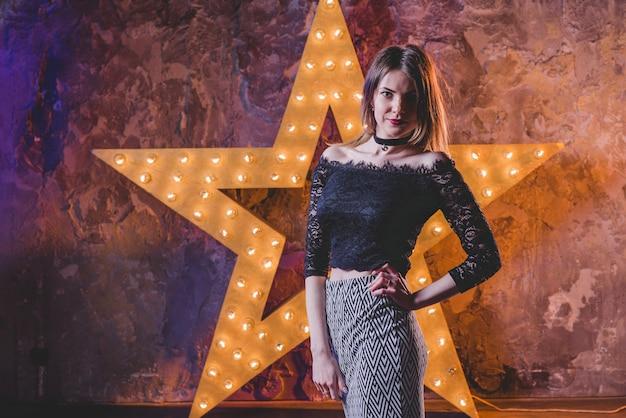 Oman kijken naar camera poseren in de ster