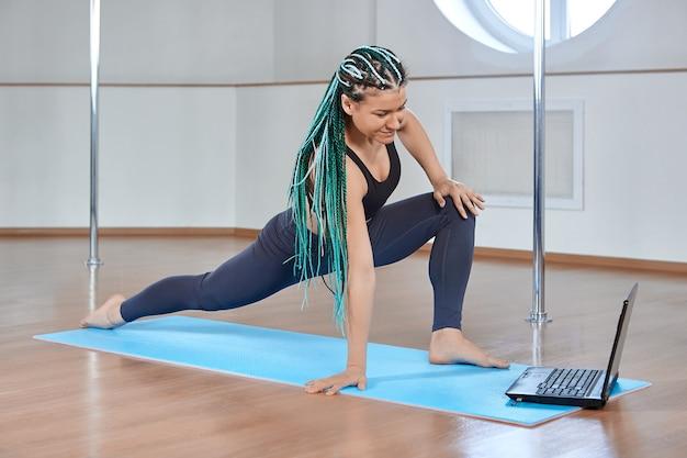 Ombre turquoise doosvlechten in kapsel van fitnesstrainer