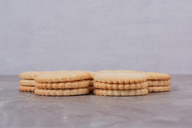 Omcirkel smakelijke koekjes op witte tafel