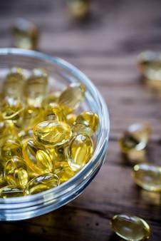 Omega-3 capsules in de glazen kom