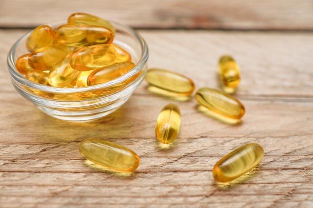 Omega 3 capsules voor het op dieet zijn concept op houten muur