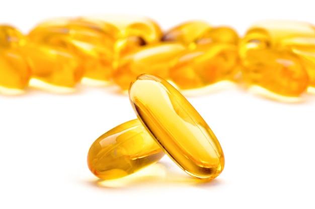 Omega 3-gelcapsules die op wit oppervlak worden geïsoleerd