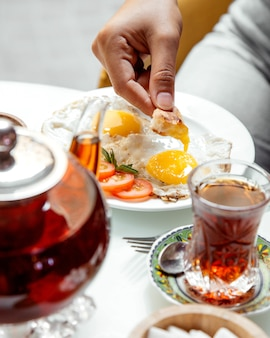 Omelet en zwarte thee op tafel