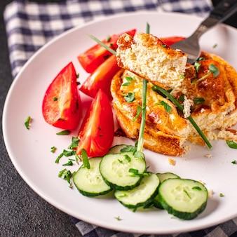 Omelet groenten gebakken eieren verse ontbijtsalade tomaat komkommer verse portie kant-en-klaar maaltijd