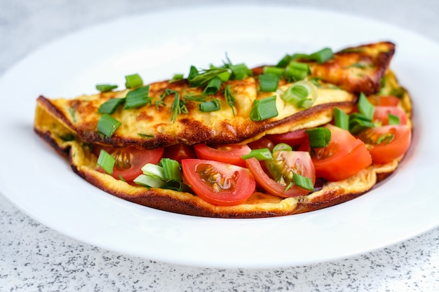 Omelet met cherrytomaatjes en groene ui