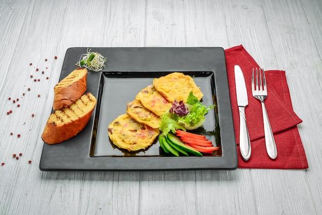 Omelet met gerookte zalm en broccoli op een bord
