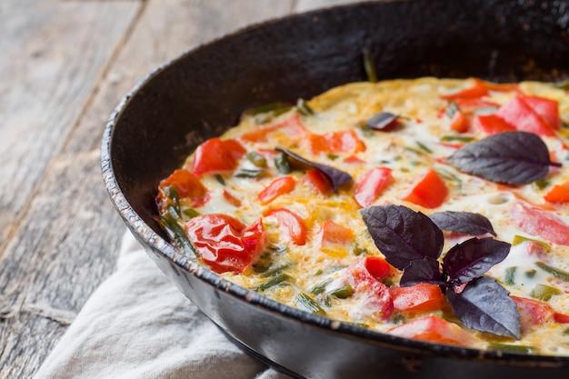 Omelet met groenten in een panclose-up.