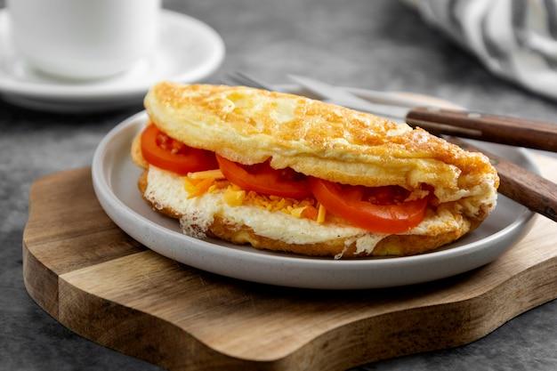Omelet met kaas en tomaten. gezonde zelfgemaakte omelet voor het ontbijt.
