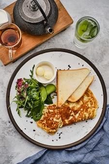 Omelet met kruiden, brood en boter. gezond ontbijt