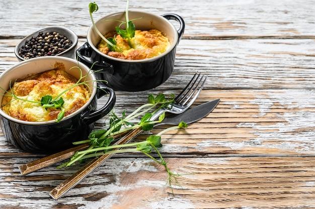 Omelet met microgreens in een pan