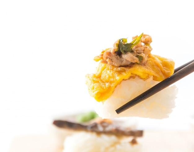 Omelet met pittig varkens sushi