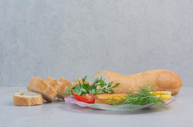 Omelet met plakjes wit brood op een zak.