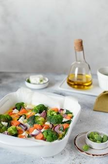 Omelet met pompoen, broccoli en feta op een witte schotel