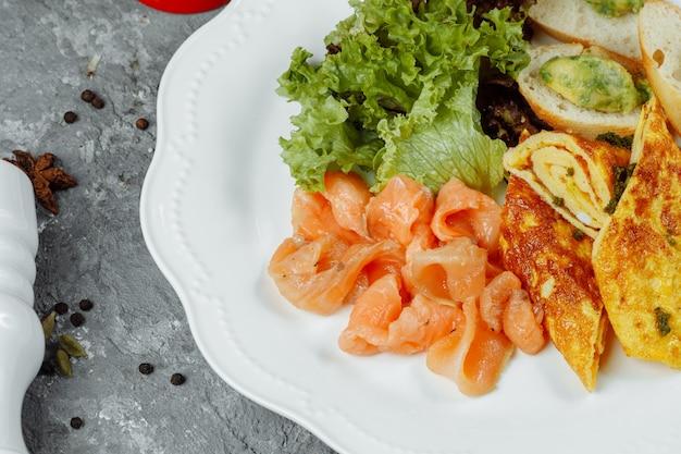 Omelet met roodbaars en groenten