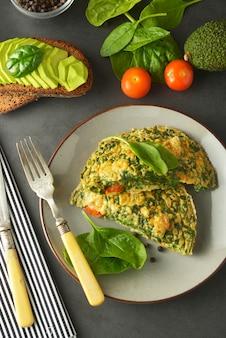 Omelet met spinazie bladeren gezonde omelet voor afvallen