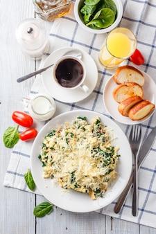 Omelet met spinazie en kaas op een bord