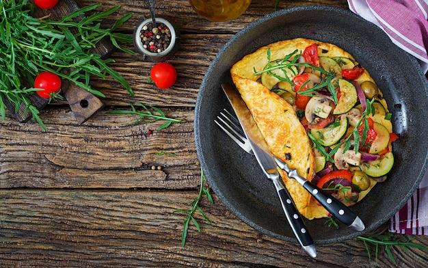Omelet met tomaten, courgette en champignons.