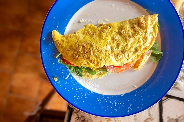 Omelet met tomaten en rucola