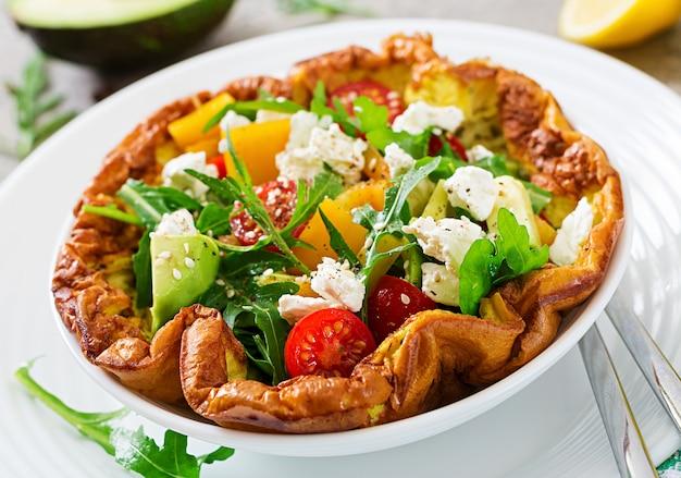 Omelet met verse tomaten, avocado en mozzarellakaas. omelet salade. ontbijt. gezond eten.