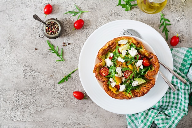 Omelet met verse tomaten, avocado en mozzarellakaas. omelet salade. ontbijt.