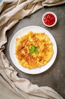 Omelet of omelet met ketchup