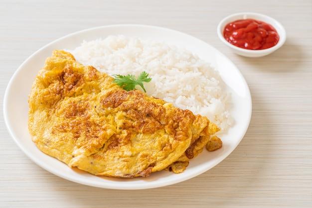 Omelet of omelet met rijst en ketchup