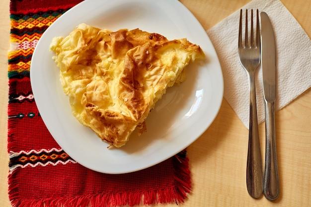 Omelet op een witte plaat mes en vork
