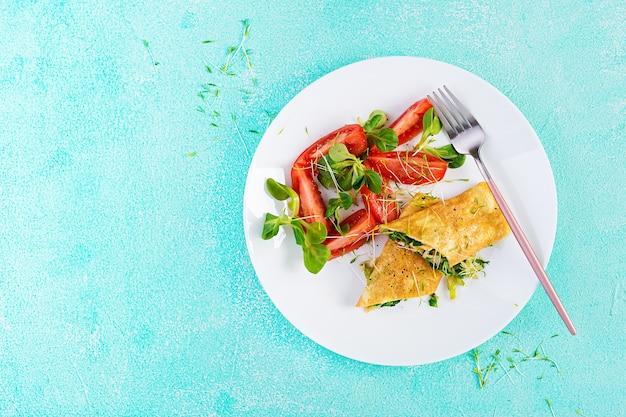 Omeletbroodjes op een bord