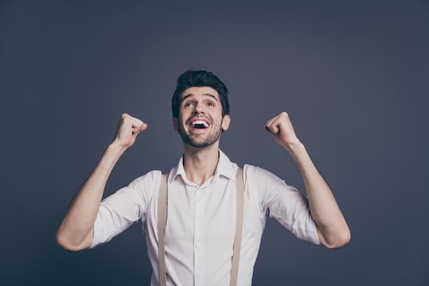 Omg ik miljonair! opgewonden vreugde specialist professionele man bereiken doelen voelen extatische emotie schreeuwen ja vuisten opzoeken copyspace dragen moderne outfit.