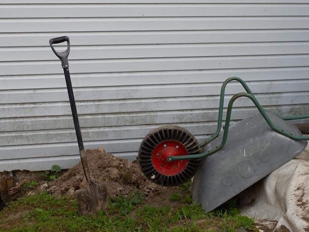 Omgekeerde eenwieler en schop in de grond symbool van lunchpauze of einde van de werkdag