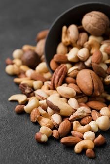 Omgekeerde kom gevuld met noten